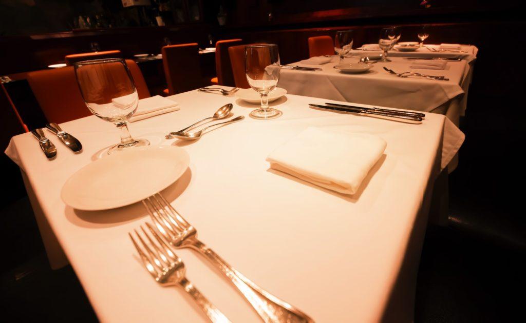 主にレストラン会場での接客をするのがホールスタッフ