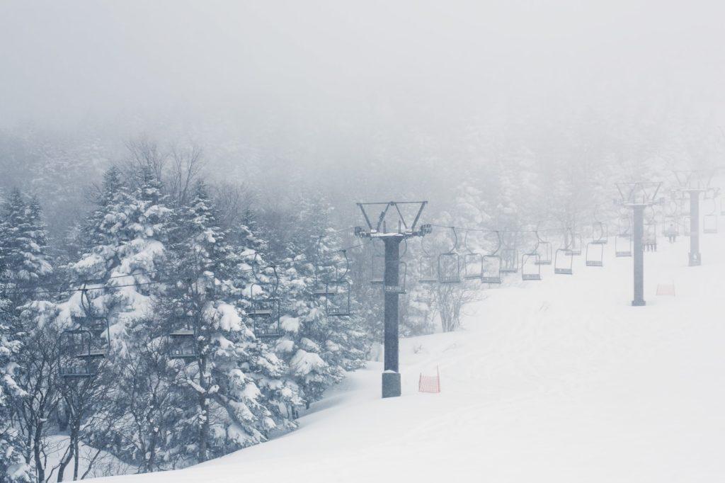 スキー場のリフトは30分ごとに仕事をローテーション